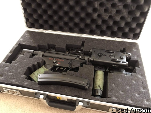 MP5 modified with PEQ box + other gear - 1